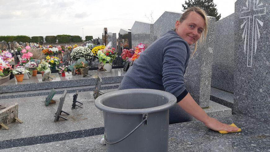 Cindy nettoie les tombes, propose de les fleurir