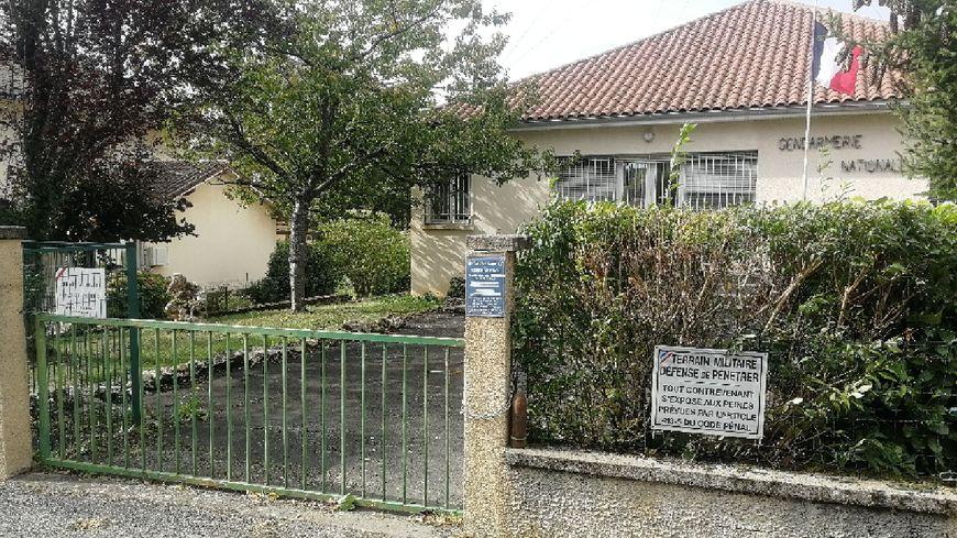 Il dépose un obus de la 1ere guerre mondiale sur le muret de la gendarmerie de Lacapelle-Marival