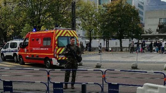 Un périmètre de sécurité a été installé à proximité de la gare de Grenoble.