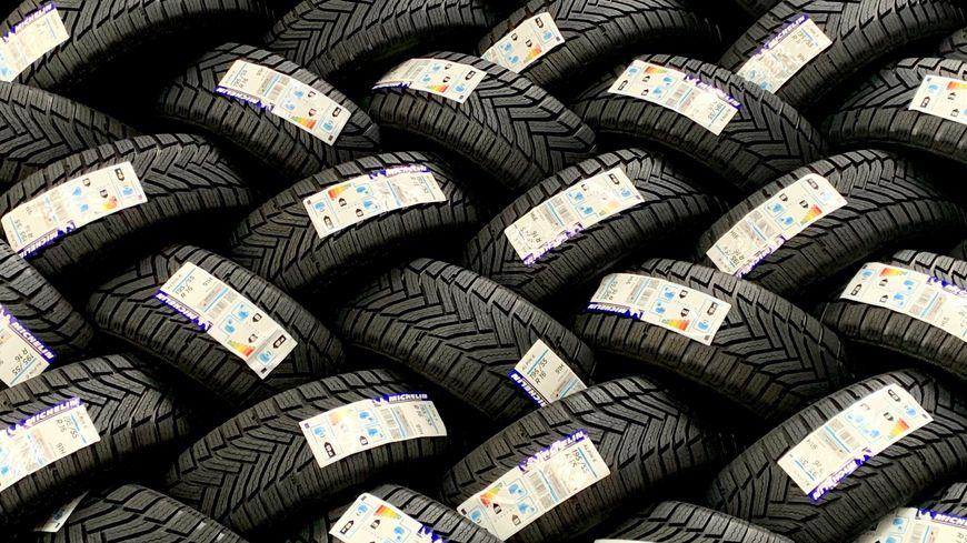 Une pile de pneus hiver de la marque Michelin