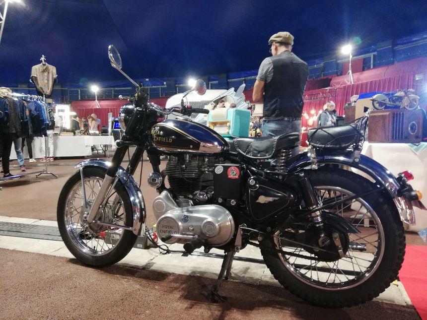 Une moto au salon du vintage à Monaco