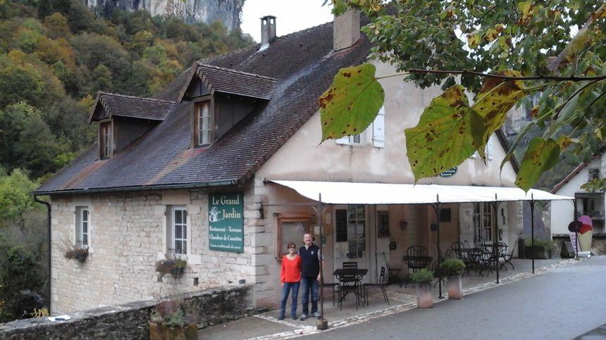 Christine et Didier Favre devant leur jardin où on cultive aussi à la fois les saveurs et les plaisirs des paysages d'ici !