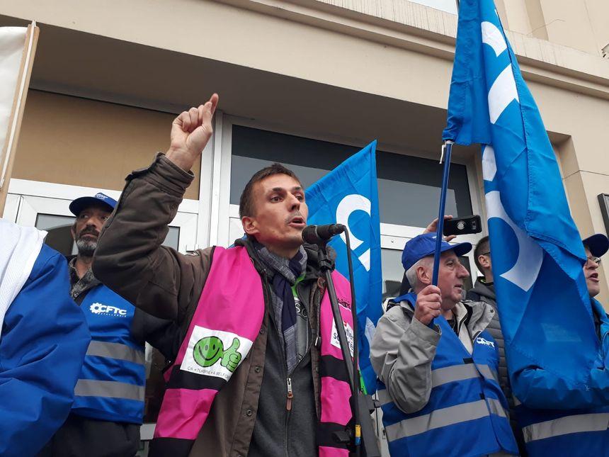 Alexis Sesmat du syndicat Sud lors de sa prise de parole devant la Maison du peuple.