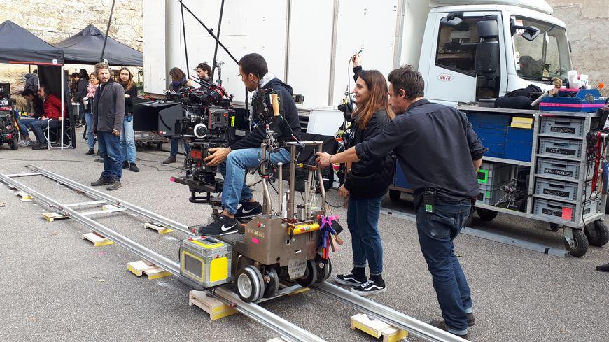 L'équipe technique du film prépare une scène dans la cour de l'imprimerie