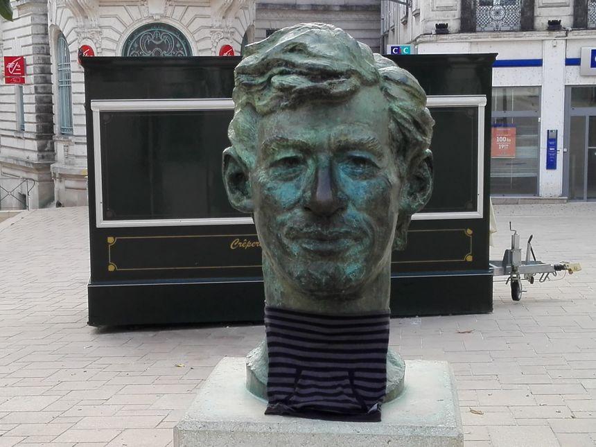 Le buste de Hergé, le créateur de Tintin, dans la rue piétonne d'Angoulême