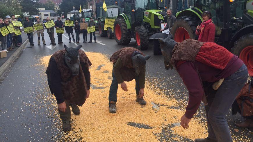 Les agriculteurs avec des masques de sanglier devant la préfecture de Colmar mercredi 9 octobre 2019