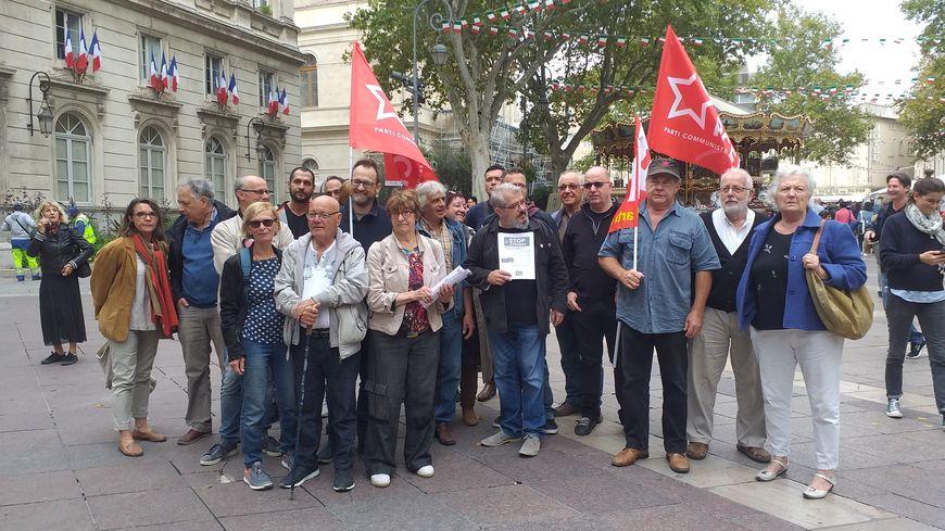 Une trentaine de personnes se sont réunies place de l'Horloge à Avignon pour soutenir le peuple kurde.