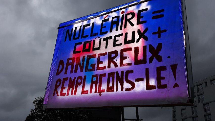 Le panneau de pub numérique recouvert d'un drap à Laval est celui au croisement de l'avenue de Mayenne et de la rue des Grands-Carrés.