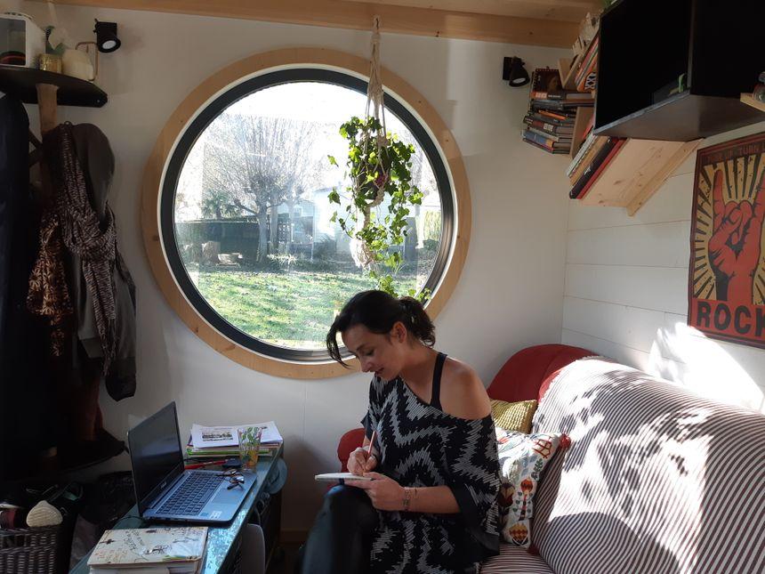 Typhaine habite désormais dans sa tiny house tout en bois d'une surface totale de 30m2