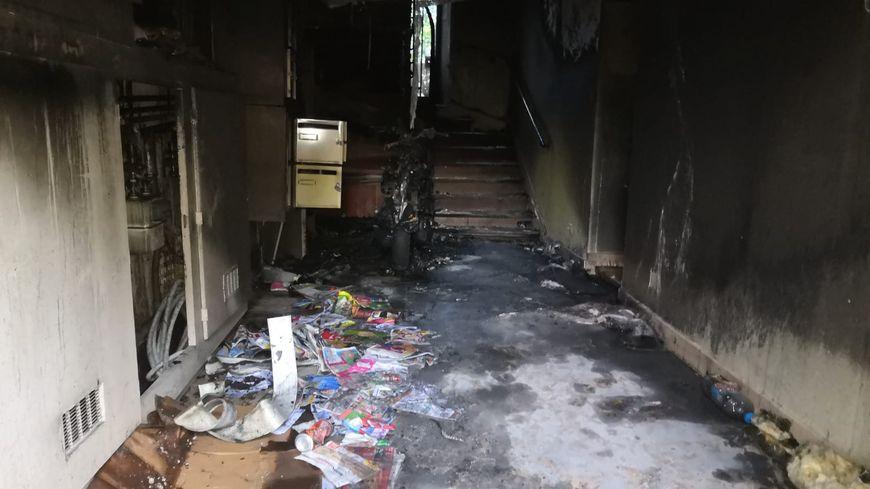 Le hall de l'immeuble avec le scooter totalement incinéré
