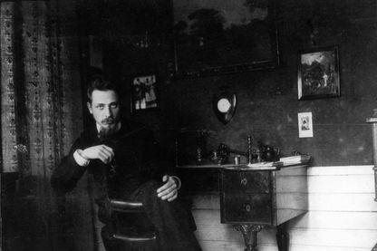 L'écrivain Rainer Maria Rilke dans son bureau, vers 1905. Collection privée. Artiste anonyme.