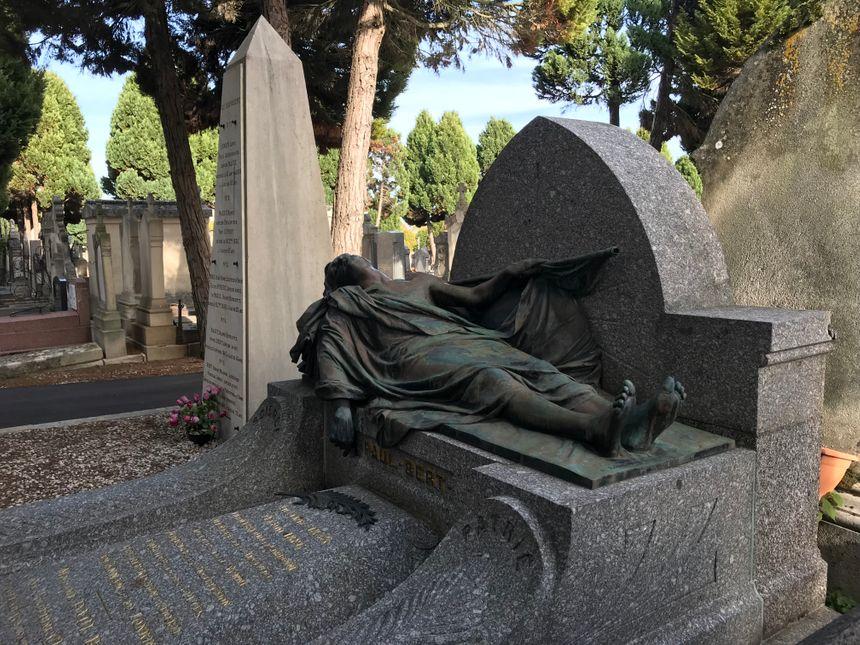Paul Bert est représenté ici en gisant, au-dessus de ta tombe