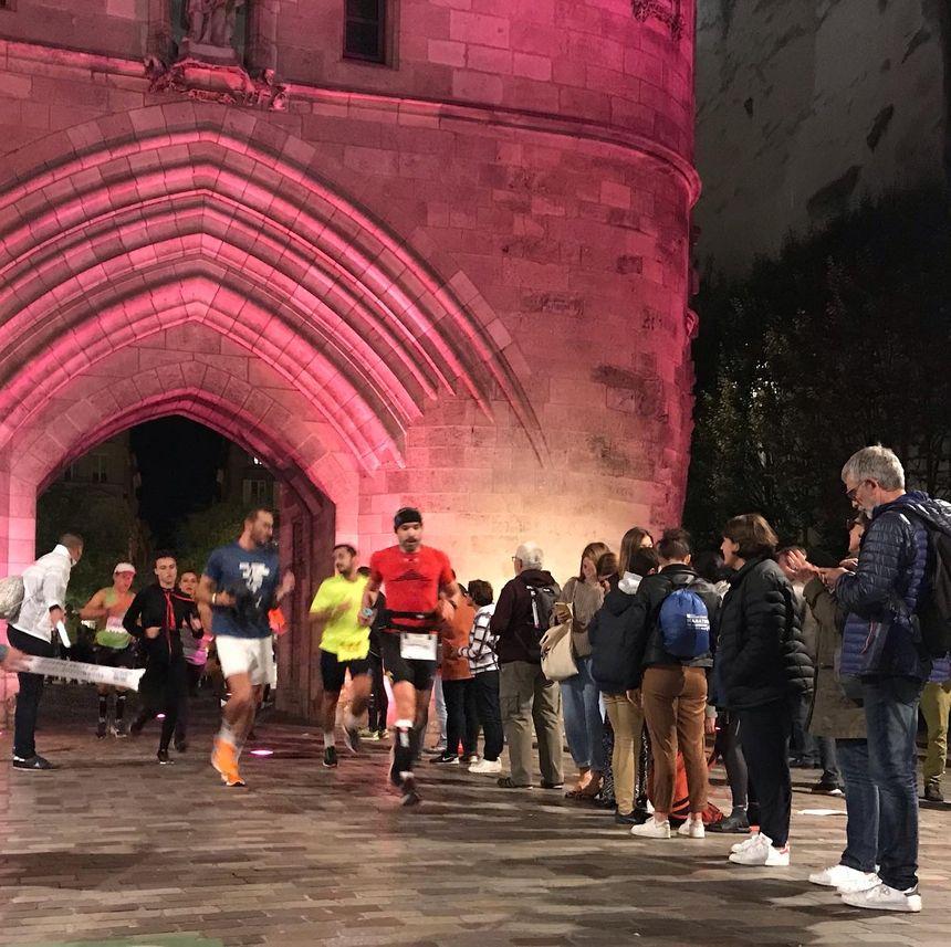 Les spectateurs sont restés très tard pour encourager les derniers coureurs.