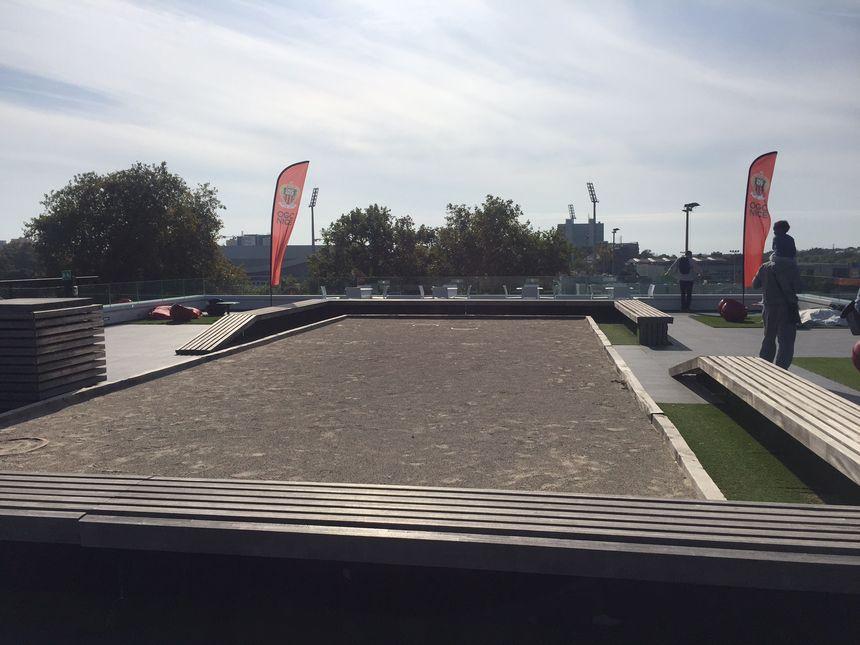 La terrasse avec terrain de pétanque