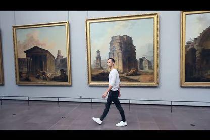 Un musée vide, des bruits de pas, un homme qui chuchotte.