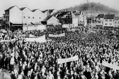 Dix-mille mineurs de charbon et de fer lorrains, manifestent le 05 mars 1963 à Forbach pour empêcher la fermeture des mines et réclamer l'implantation de nouvelles industries dans la région