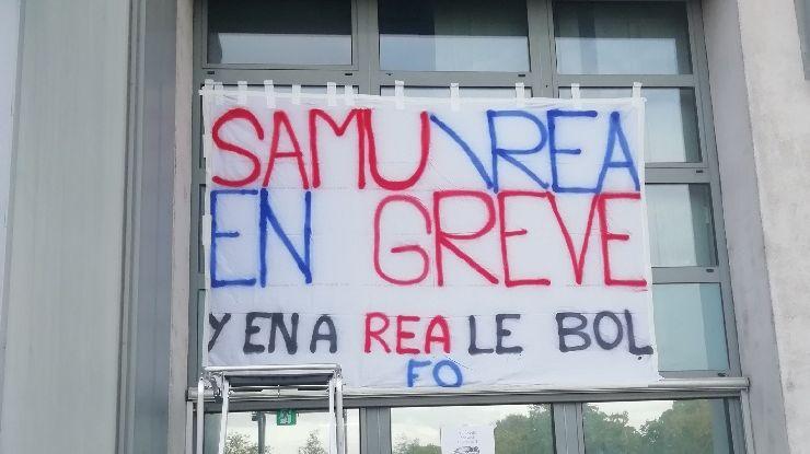 Une banderole au CHU de Reims