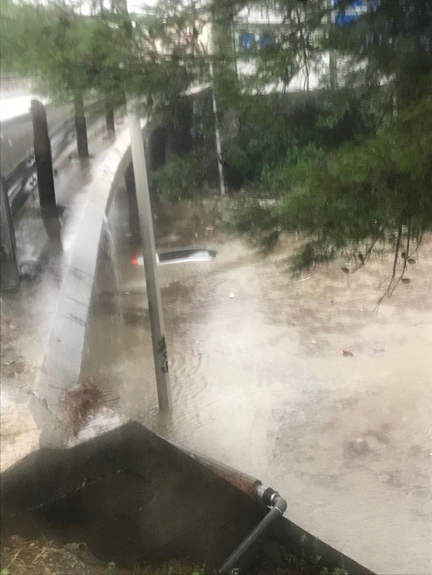 A peine 15 minutes après l'intervention des policiers, l'eau avait atteint le toit de la voiture