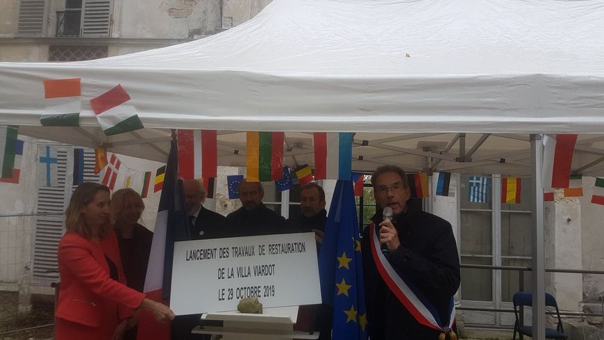 Luc Wattelle, le maire de Bougival, en compagnie, notamment, de la directrice générale de la Fondation du Patrimoine et de Florence Portelli, conseillère régionale d'Ile-de-France