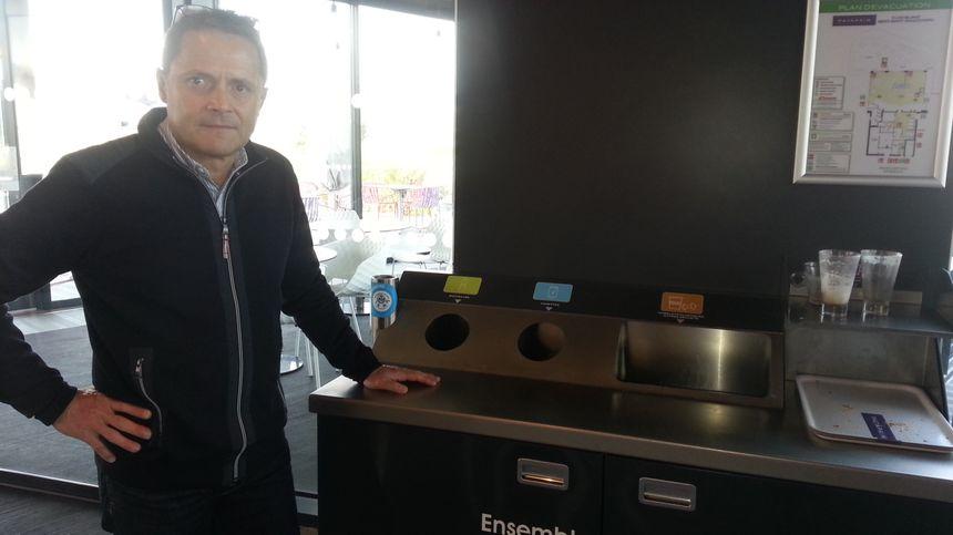 Les restaurants Pat à Pain sont équipés de tables de tri. Les clients sont mis à contribution pour l'environnement.