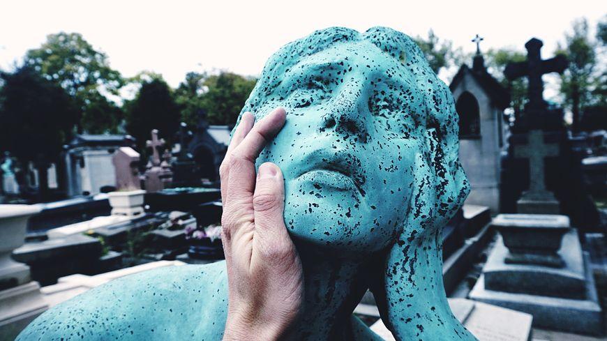 La photo d'une statue au cimetière du Père Lachaise