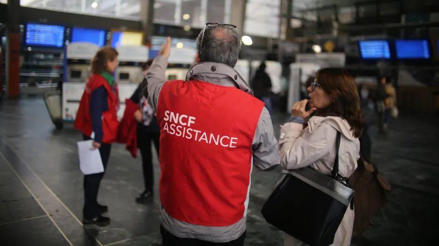 Les voyageurs concernés par des annulations de trains sont prévenus par SMS ou mails.