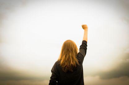 Anissa a 15 ans et est une jeune militante politique engagée