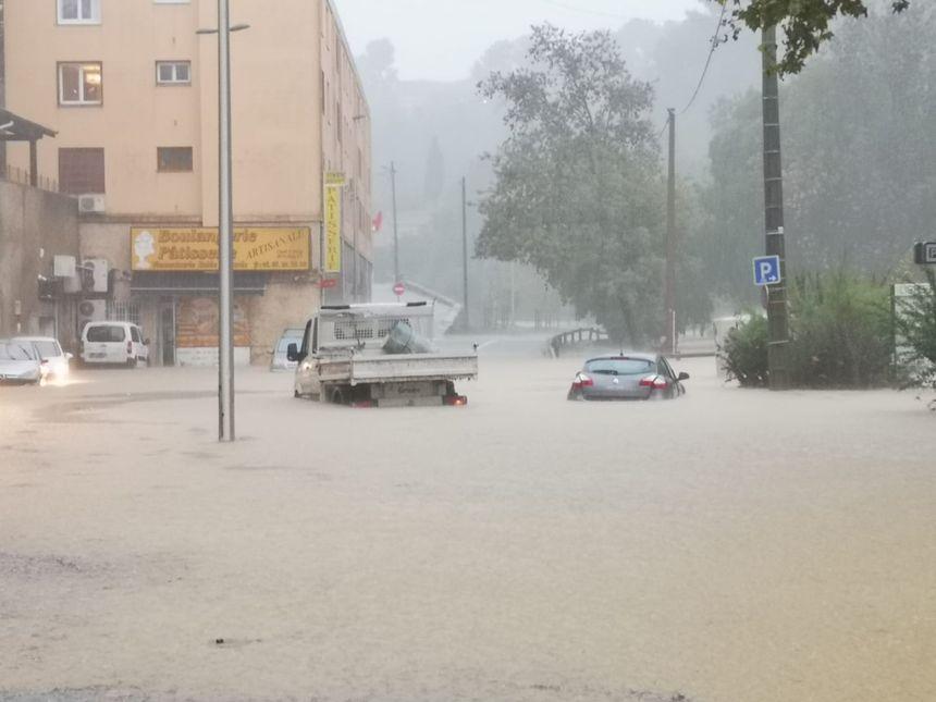 Des voitures submergées par les flots.