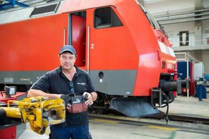 En Bavière, cet ancien électricien de la Deutsche Bahn, la compagnie ferroviaire, est à la retraite à 64 ans mais revient travailler dans les ateliers à Nuremberg.