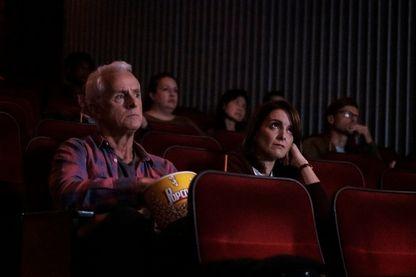 "John Slattery et Tina Fey dans la série ""Modern Love"""