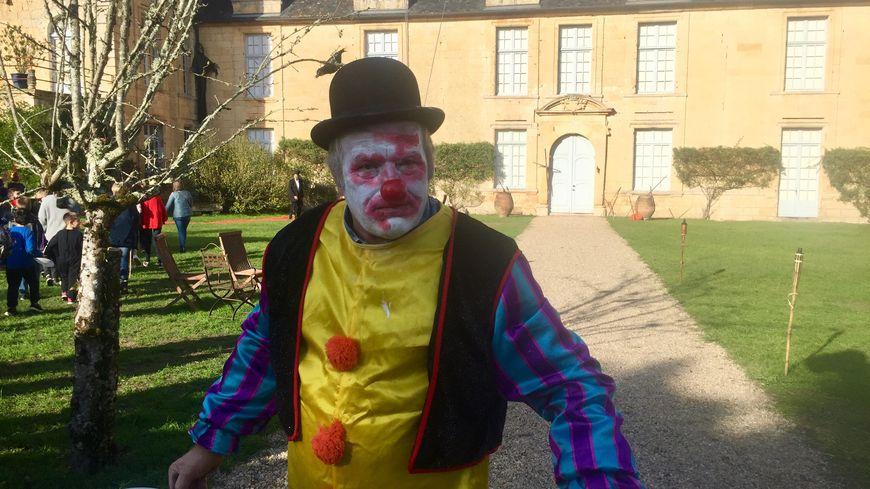 Dès l'entrée dans la cour du château un clown inquiétant vous attend