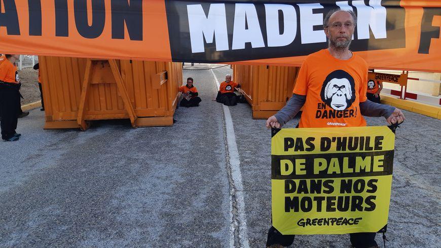Des militants de Greenpeace manifestent devant Total à la Mède