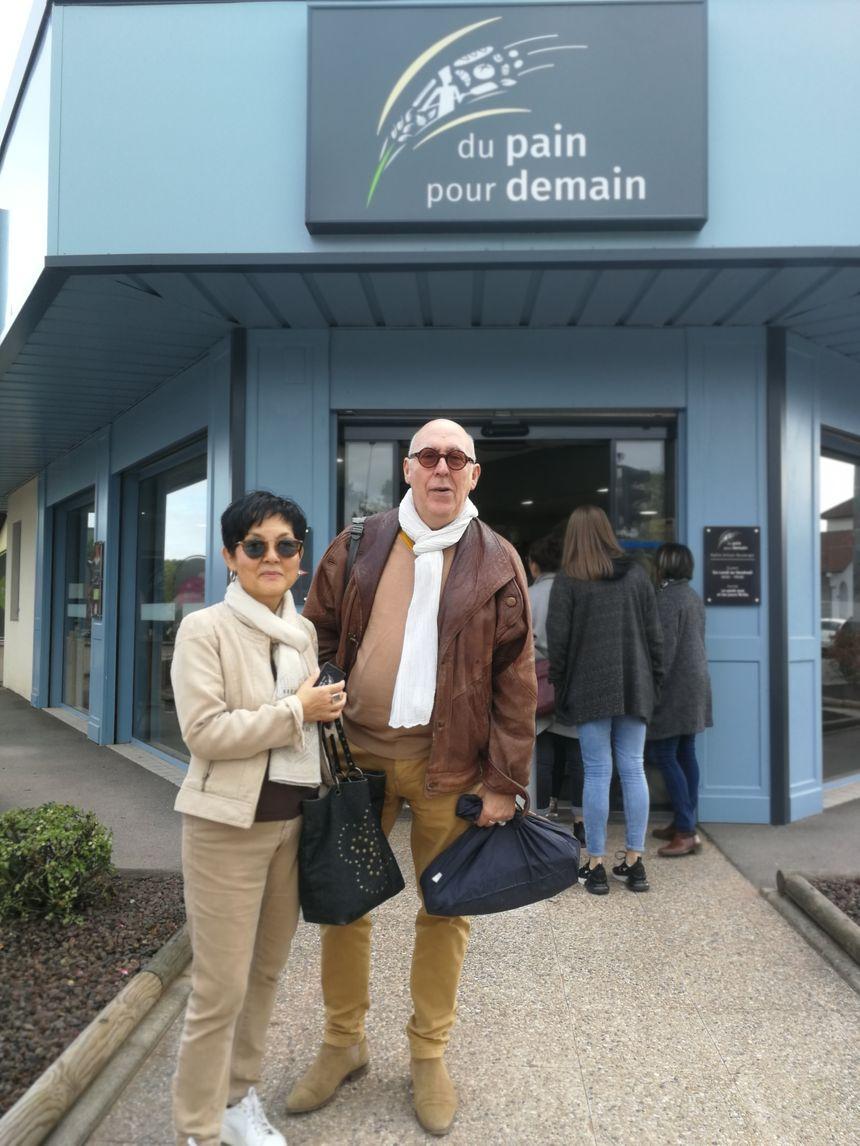 """Marie et Fabrice sont fans de cette boulangerie, ils suivent aussi l'émission de M6, ils sont très heureux que """"Du Pain Pour Demain"""" ait été récompensée par ce titre de meilleure boulangerie de France"""