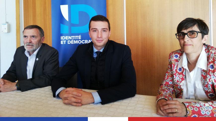 Jordan Bardella entouré des responsables locaux du Rassemblement national, Lisette Pollet et Bernard Sironneau