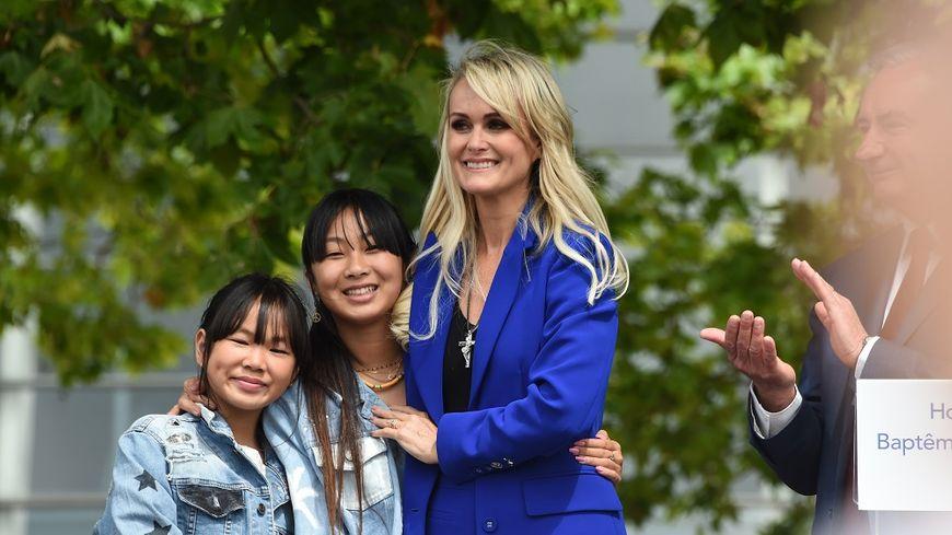 Laeticia Hallyday et ses deux filles, en juin dernier.