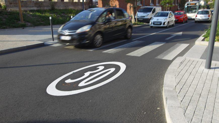 La limitation de vitesse à 30 km/h a été inscrite à plus de 600 endroits sur les chaussées lilloises