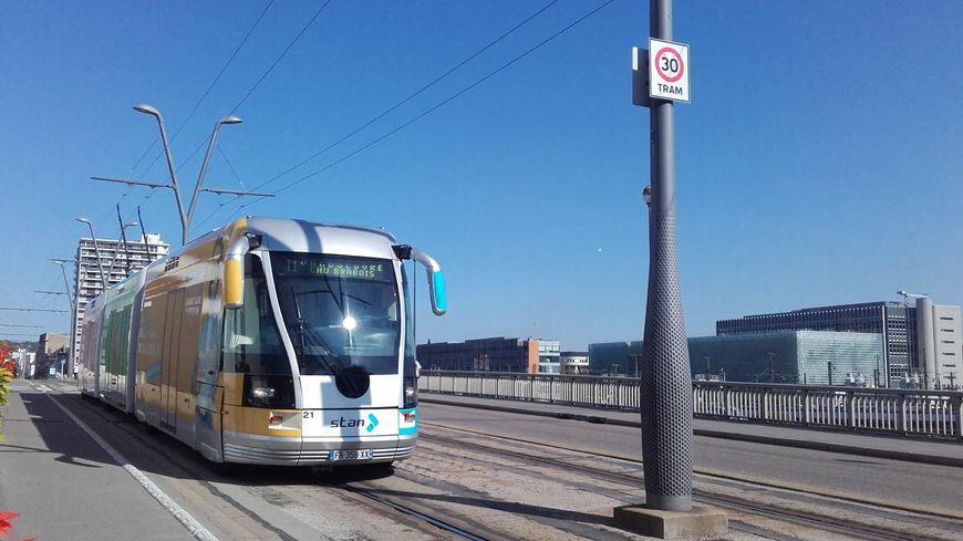 Tramway sur le viaduc Kennedy de Nancy en septembre 2019