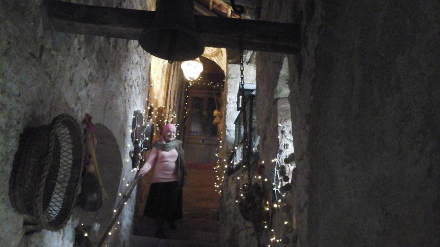 Jocelyne Metroz, dans l'escalier médiéval qui conduit jusqu'à l'autre monde... Dépaysement garanti !