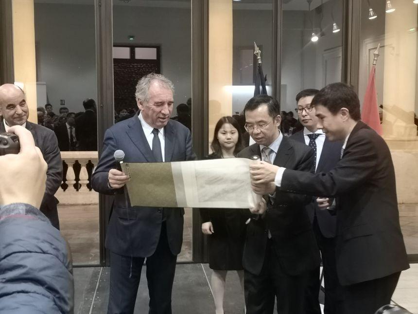 ... et remise de cadeaux, comme ici une peinture sur soie du Palais impérial.