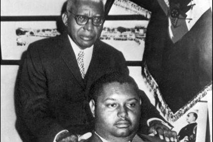 """Photo non datée de Jean-Claude Duvalier (bas), dit """"Bébé Doc"""", posant avec son père François Duvalier, """"Papa Doc"""", à Port-au- Prince. Bébé Doc avait succédé à son père François Duvalier, """"Papa Doc"""", comme président à vie en 1971."""