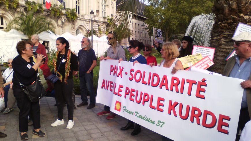150 à 200 personnes mobilisées place Jean Jaurès à Tours pour un soutien au Kurdes de Syrie après l'offensive Turque.