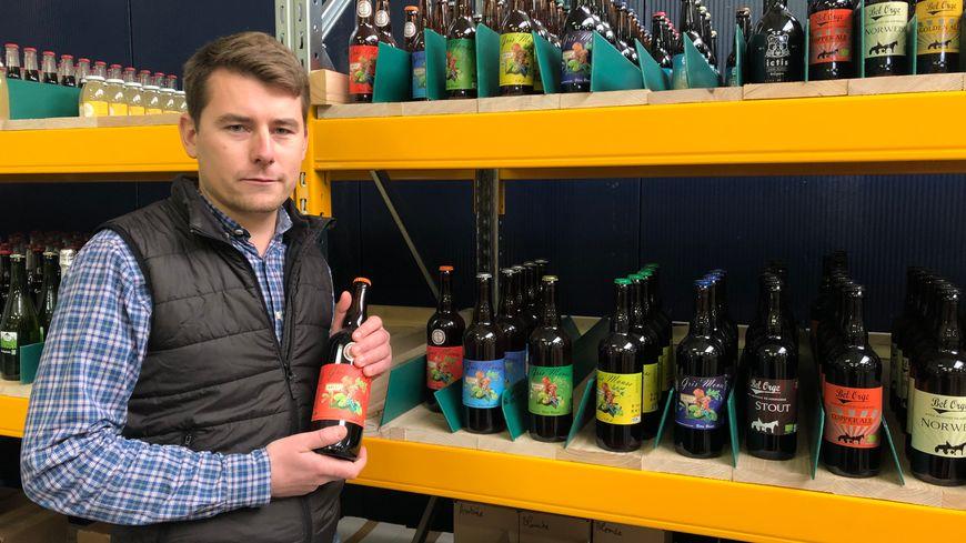 Mickaël Lemarchand stocke tous les produits dans l'entrepôt de Démouville, ouvert cet été.