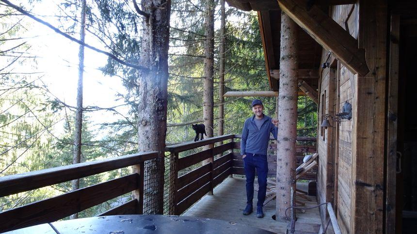 Nicolas Boisramé le constructeur de ces cabanes dans les arbres à Saint Nicolas la Chapelle