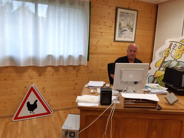 Daniel Cueff, maire de Langouët, dans son bureau à la mairie