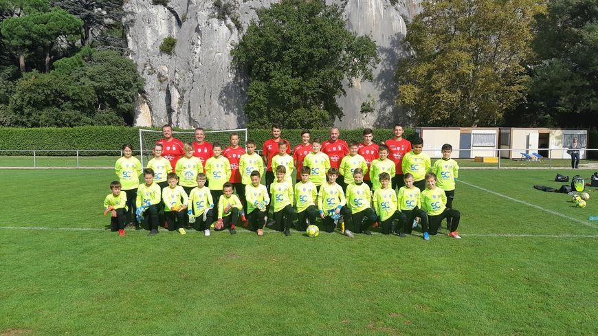 Educateurs et jeunes joueurs présents pour l'entraînement du mercredi au stade Jean Roman de Cavaillon