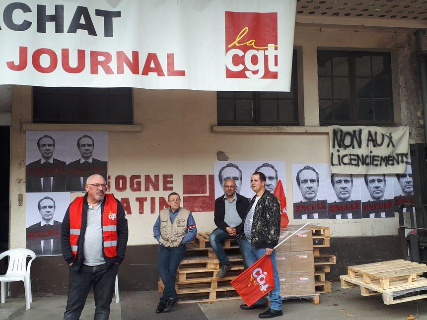 L'extérieur de l'imprimerie transformée en piquet de grève
