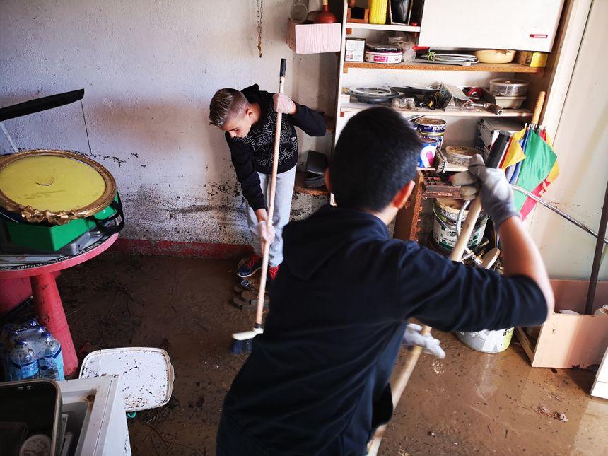 Les balaies pour repousser l'eau de cette maison à Villeneuve-lès-Béziers