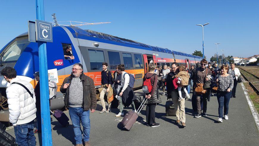 Le TER Saintes-Royan, en gare de Royan. Image d'illustration