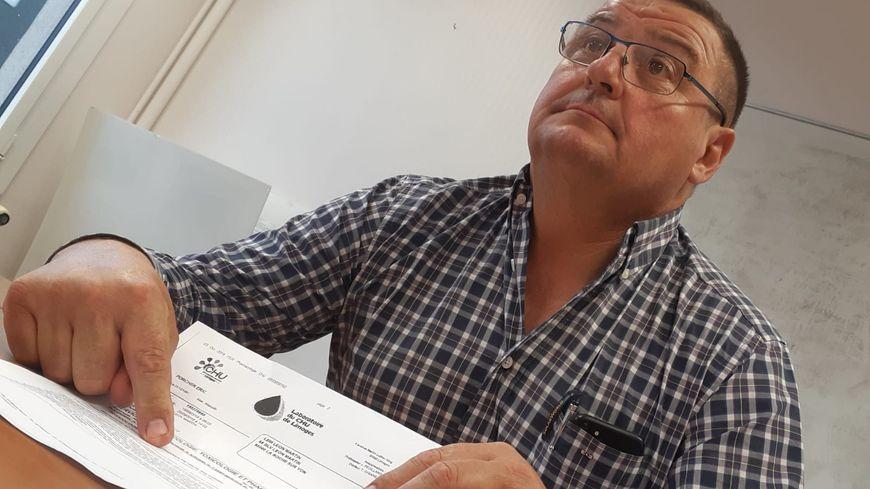 Eric Porcher, de la FDSEA de Vendée, devant le résultat de son test d'urine.