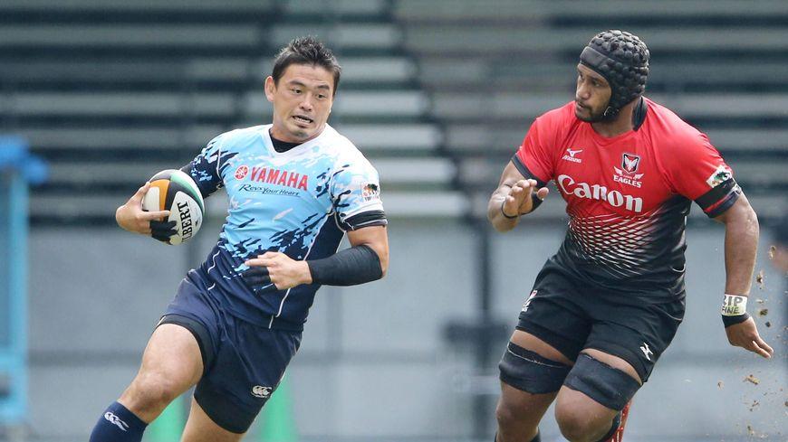 Le Japonais Ayumu Goromaru (balle en main), éphémère joueur du RCT, porte aujourd'hui les couleurs des Yamaha Jubilo.